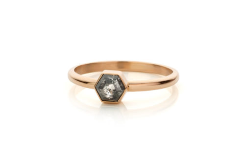 Ring in 18kt rosé goud met een 'Salt & Pepper' diamant