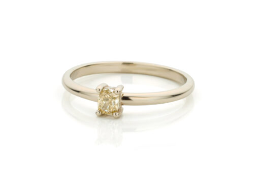 Ring in 18kt champagne wit goud met champagne kleurige diamant