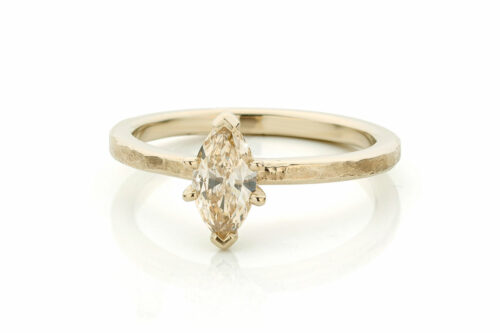 Ring in 18kt champagne wit goud met een marquise diamant