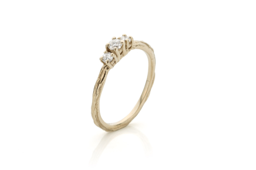 Ring in 18kt champagne wit goud en drie diamanten