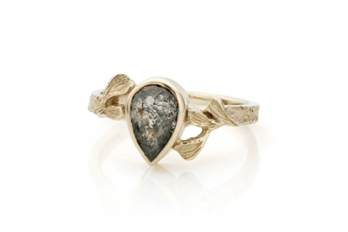 "Ring in 18kt champagne wit goud met een peervormige ""Salt & Pepper"" diamant"