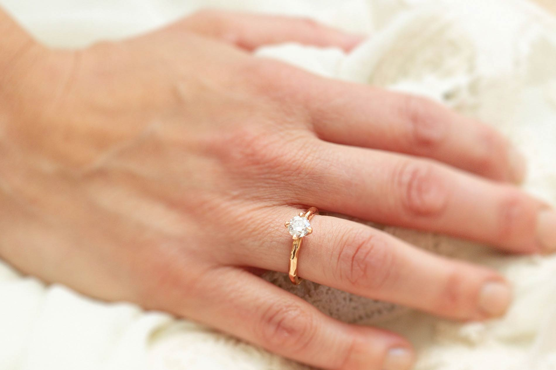 Ring in 18kt champagne wit goud met ovale champagne kleurige diamant